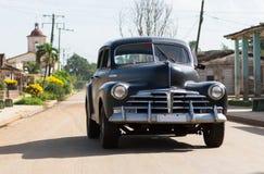 Landschaft HDRs Kuba amerikanischer schwarzer Oldtimer fährt auf die Straße Lizenzfreie Stockfotos