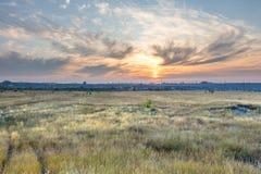 Landschaft, Himmel, Wiese, Feld, Wolken, Sonnenuntergang, Raum, Stadt Lizenzfreies Stockbild