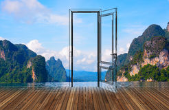Landschaft hinter der Öffnungstür, 3D Stockfotografie