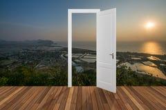 Landschaft hinter der Öffnungstür, 3D Lizenzfreies Stockfoto