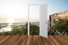 Landschaft hinter der Öffnungstür, 3D Stockfotos