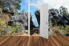 Landschaft hinter der Öffnungstür, 3D Stockfoto