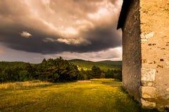 Landschaft hinter einem Altbau Stockfotografie