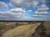 Landschaft im sonniger Tagesblau Stockbild