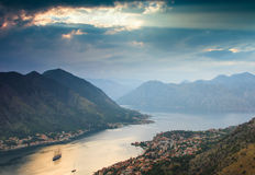 Landschaft-Kotor-Bucht in Montenegro bei Sonnenuntergang Stockfotografie