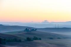 Landschaft Kretas Senesi in Toskana, Italien auf einer nebeligen Dämmerung lizenzfreie stockbilder