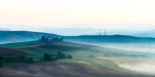 Landschaft Kretas Senesi in Toskana, Italien auf einer nebeligen Dämmerung stockbild