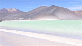 Landschaft, Lagune und Berge in Atacama-Wüste, Chile stock video