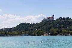 Landschaft mit Abtei von Tihany Lizenzfreie Stockfotografie