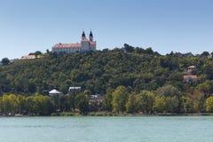 Landschaft mit Abtei von Tihany Stockfotos