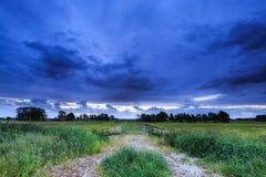 Landschaft mit Ackerland und dunklen Wolken Lizenzfreies Stockfoto