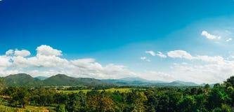 Landschaft mit Bäumen auf Hügeln und Bergen Stockfotos