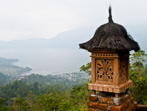 Landschaft mit Balinese-traditioneller Dekoration Stockfotos