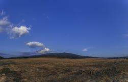 Landschaft mit Bergblick und blauem Himmel Stockfotografie