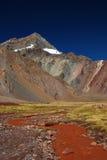 Landschaft mit Bergen und vulkanischem Boden Lizenzfreies Stockbild