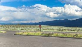 Landschaft mit bewölktem Himmel und Wiese stockfotos