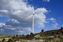 Landschaft mit bewölktem Himmel und Windmühle Stockfotografie