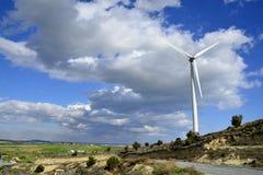 Landschaft mit bewölktem Himmel und Windmühle Stockbild