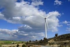 Landschaft mit bewölktem Himmel und Windmühle Stockbilder