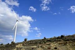 Landschaft mit bewölktem Himmel und Windmühle Lizenzfreie Stockfotos