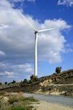 Landschaft mit bewölktem Himmel und Windmühle Lizenzfreies Stockfoto