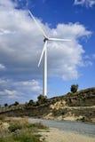 Landschaft mit bewölktem Himmel und Windmühle Stockfotos