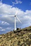 Landschaft mit bewölktem Himmel und Windmühle Lizenzfreie Stockfotografie