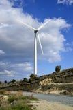 Landschaft mit bewölktem Himmel und Windmühle Stockfoto