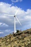 Landschaft mit bewölktem Himmel und Windmühle Lizenzfreies Stockbild