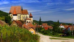 Landschaft mit Biertan-Wehrkirche, Rumänien lizenzfreie stockbilder