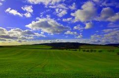 Landschaft mit blauem Himmel Lizenzfreie Stockbilder