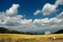 Landschaft mit blauem Himmel und weißen Wolken Stockfotos