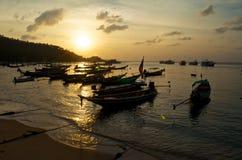 Landschaft mit Bootsschattenbildern auf dem Sonnenuntergang lizenzfreie stockbilder