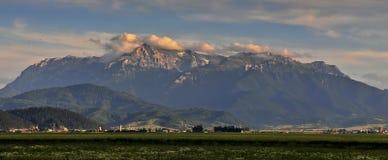 Landschaft mit bucegi Bergen stockfoto