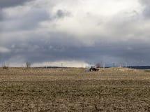 Landschaft mit dem Ackerschlepper, der ein Feld I pflügt Stockbilder