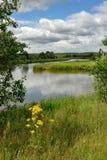 Landschaft mit dem Fluss und den Wolken. Lizenzfreie Stockfotos