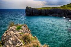 Landschaft mit dem Ozeanufer in Asturien, Spanien Stockfotografie