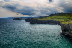 Landschaft mit dem Ozeanufer in Asturien, Spanien Lizenzfreies Stockbild