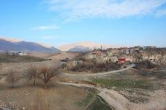 Landschaft mit der alten kurdischen Stadt Stockfotografie