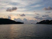 Landschaft mit der Spitze der Insel von La Roqueta in Acapulco-Bucht an der Dämmerung stockfoto