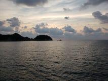 Landschaft mit der Spitze der Insel von La Roqueta in Acapulco an der Dämmerung lizenzfreie stockfotografie