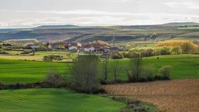 Landschaft mit Dorf oder Stadt Stockfotos