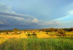 Landschaft mit Dorftal Stockbilder