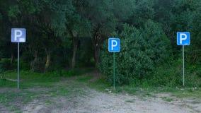 Landschaft mit drei parkenden Zeichen lizenzfreie stockfotos