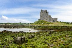 Landschaft mit Dunguaire-Schloss Irland lizenzfreie stockbilder