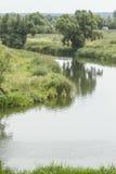 Landschaft mit einem Fluss lizenzfreie stockfotos