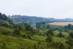 Landschaft mit einem Fluss und Hügeln Stockbild