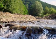 Landschaft mit einem Gebirgsfluß Lizenzfreies Stockfoto