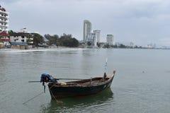 Landschaft mit einem kleinen Boot auf dem Strand am Affeberg Khao Takiab in Hua Hin, Thailand, Asien Stockfotografie