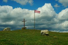 Landschaft mit einem Kreuz und einer Flagge Lizenzfreies Stockbild